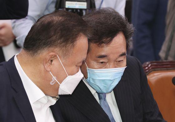민주당 이낙연 의원(오른쪽)과 이상민 의원이 14일 오전 국회 외교통일위원회 전체회의에서 대화하고 있다. 임현동 기자