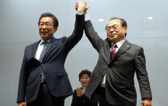 지난해 2월 11일 서울시가 2032년 35회 하계올림픽 유치 도시로 선정된 후 박원순(왼쪽) 서울시장이 오거돈 당시 부산시장의 축하를 받고 있다. [뉴스1]