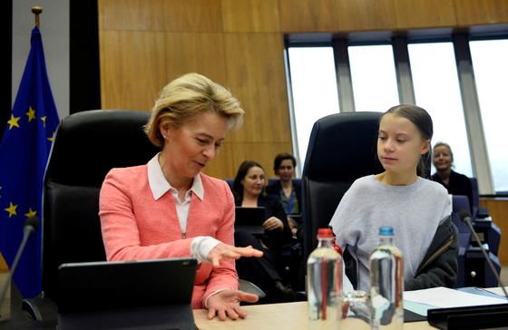 14일 유럽연합 정상회의(European Commission) 우르술라 폰 데어 라이엔 상임의장이 스웨덴의 청소년 기후활동가 그레타 툰베리를 만났다. REUTERS=연합뉴스