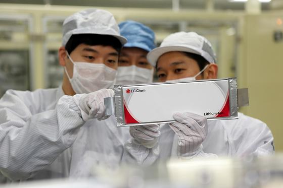 LG화학 연구진이 전기차용 배터리를 살펴보고 있다. 사진 LG화학