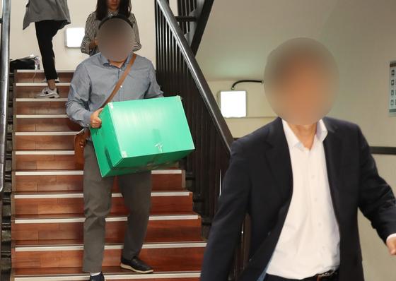 지난해 조국 전 장관 의혹을 조사할 때 연세대 대학원 압수품 옮기는 검찰. [연합뉴스]