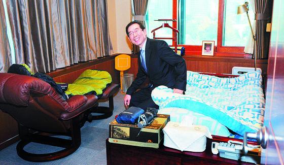 박원순 서울시장이 2011년 11월 취임 당시 집무실 한 쪽의 침실을 공개하고 있다 . [중앙포토]