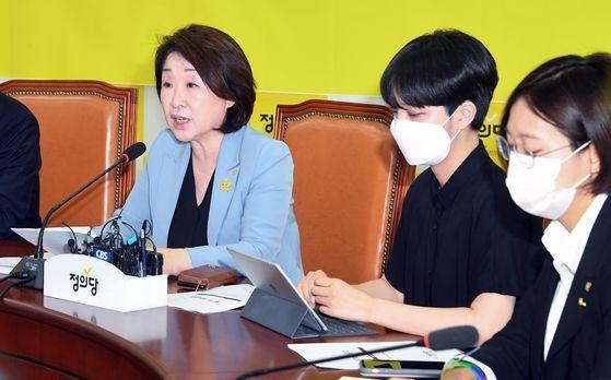 정의당 심상정 대표(왼쪽)가 14일 오전 국회에서 열린 의원총회에서 발언하고 있다. 오른쪽부터 장혜영, 류호정 의원. 임현동 기자