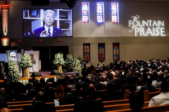 6월 9일(현지시간) 미국 텍사스주 휴스턴에서 열린 흑인 남성 조지 플로이드의 장례식에서 민주당 대선 후보 조 바이든 전 부통령의 동영상 메시지가 나오고 있다. [AP=연합뉴스]