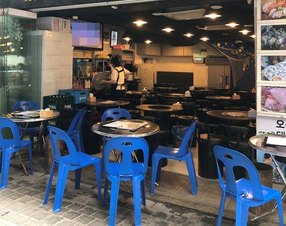 14일 오후 12시 서울 명동의 해산물 식당은 점심시간에도 불구하고 손님을 찾아 볼 수 없었다. 배정원 기자
