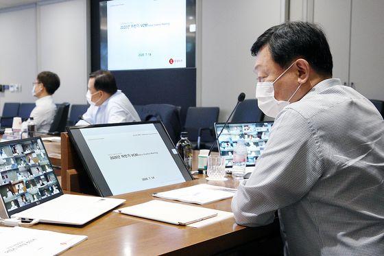 14일 롯데그룹에서 '2020 하반기 VCM'이 열렸다. 신동빈 롯데그룹 회장이 모니터를 보고 있다.사진 롯데지주