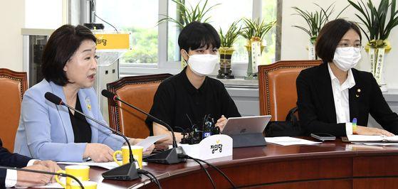 정의당 심상정 대표(왼쪽)가 14일 오전 국회에서 열린 의원총회에서 발언하고 있다. 왼쪽부터 류호정, 장혜영 의원. 중앙포토