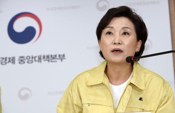 김현미 국토교통부 장관이 지난 10일 주택임대사업자 폐지를 포함한 부동산대책을 발표했다. 뉴스1
