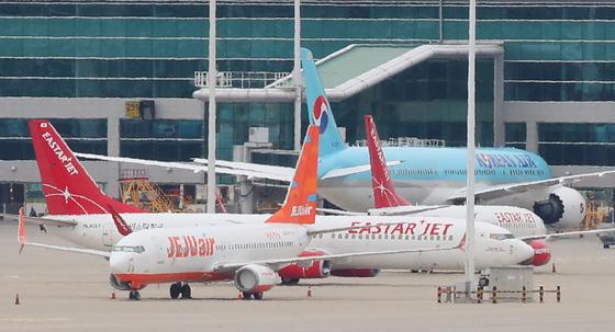 14일 인천국제공항 주기장에 제주항공과 이스타항공 여객기가 세워져 있다.   연합뉴스