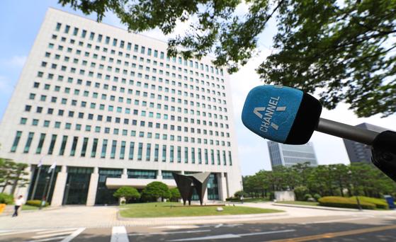 지난 9일 오전 서울 서초구 대검찰청 앞에 채널A 마이크가 설치돼 있다.   [연합뉴스]