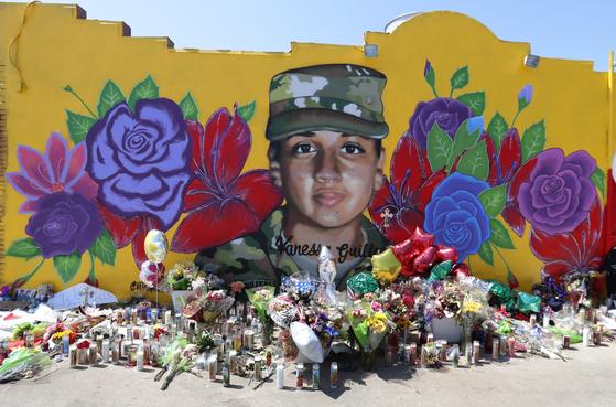 바네사 기옌이 근무했던 텍사스 부대 근처의 벽에 그의 초상화와 꽃이 그려졌다. [AP=연합뉴스]