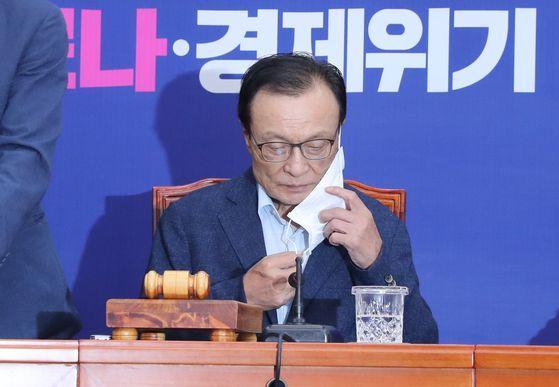 이해찬 더불어민주당 대표가 15일 오전 서울 여의도 국회에서 열린 최고위원회의에서 마스크를 벗고 있다. 연합뉴스