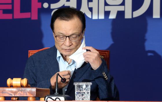 이해찬 더불어민주당 대표가 15일 오전 서울 여의도 국회에서 열린 최고위원회의에서 굳은표정으로 마스크를 벗고 있다.  [뉴스1]