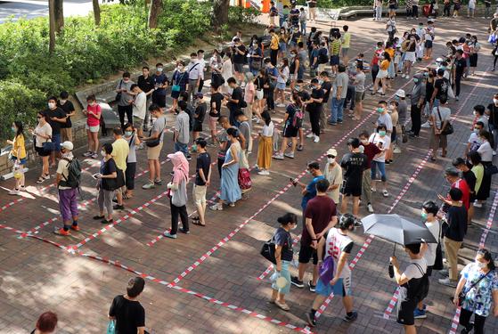 지난 11~12일 홍콩에서 치러진 예비선거에서 당초 예상을 넘는 61만3천명의 시민이 투표에 참여해 범민주진영 단일 후보를 결정했다. [EPA=연합]