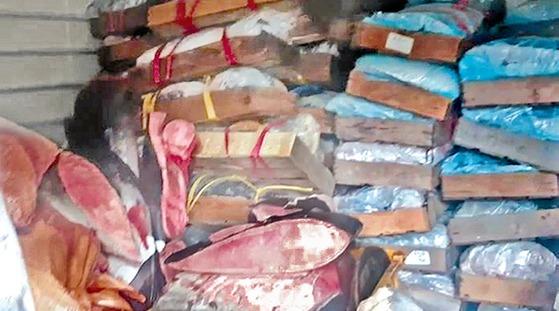 2016년 4월 울산 중부경찰서가 밍크고래를 불법 포획하고 시중에 유통한 일당을 체포할 당시 압수한 고래고기. 당시 이들은 북구 호계동 한 가정집 냉동창고에 27t 분량의 고래고기 상자를 보관하고 있었다. [사진 울산경찰청]