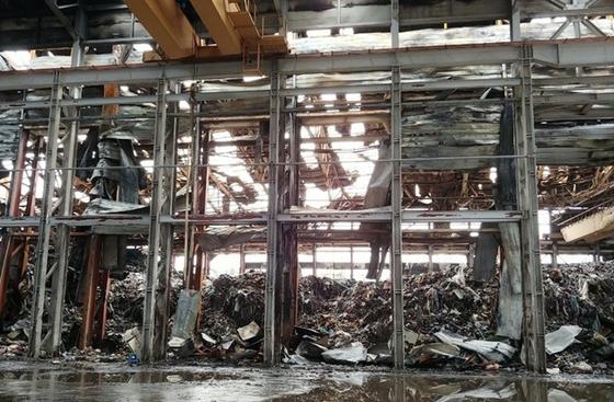 지난달 큰불이 난 전북 군산시 비응도동의 한 창고에 쌓여있는 산업폐기물. 연합슈스