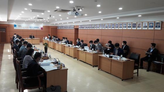 대체역 심사위원회가 15일 첫 전원회의를 열고 대체역 심사를 신청한 35명에 대해 심사하고 있다. [병무청 제공]