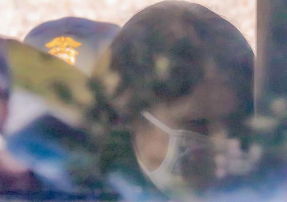 전남편을 살해한 혐의로 1심에서 무기징역을 선고받은 고유정이 15일 오전 제주지법에서 자신의 항소심 선고공판에서도 무기징역을 선고받은 뒤 호송차에 오르고 있다. [연합뉴스]