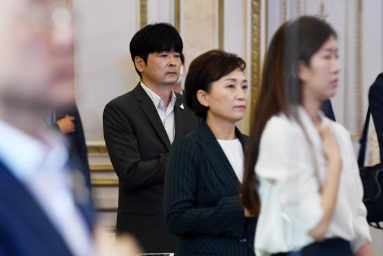 탁현민 청와대 의전비서관이 14일 청와대 에서 열린 행사에 참석하고 있다. 오른쪽은 김현미 국토교통부 장관. [청와대사진기자단]