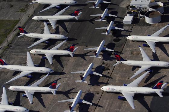 델타항공의 여객기가 지난 3월 25일 미국 앨라배마주 버밍엄의 셔틀워스 국제공항에서 대기 중이다. 로이터=연합뉴스