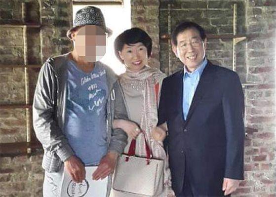 진혜원 검사가 13일 자신의 페이스북에 올린 고 박원순 전 시장과 팔짱을 낀 사진. [연합뉴스]