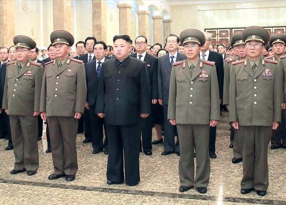 김정은 북한 노동당 국무위원장은 김일성 주석의 사망 23주기를 맞은 2017년 7월 8일 0시 김 주석의 시신이 안치된 금수산태양궁전을 참배했다고 노동신문이 보도했다. 김정은 위원장은 대륙간탄도미사일(ICBM) '화성-14' 개발에 기여한 인물들을 자신의 바로 옆자리에 세웠다. 왼쪽에서 두번째 인물이 '미사일의 아버지'로 불리는 이병철 당 군수공업부 제1부부장이다. [연합뉴스]