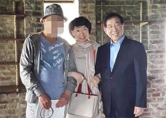 진혜원 검사가 13일 자신의 페이스북에 올린 고 박원순 전 시장과 팔짱을 낀 사진. 연합뉴스