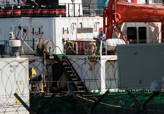 지난달 23일 부산 감천항에 정박 중인 러시아 국적 냉동 화물선인 A호(3401t)에서 선장 등 21명 중 17명이 코로나19 양성 판정을 받았다.  연합뉴스