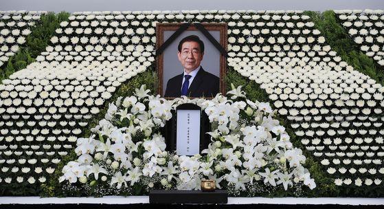 서울시청 앞에 마련된 고 박원순 서울특별시장 분향소. 연합뉴스