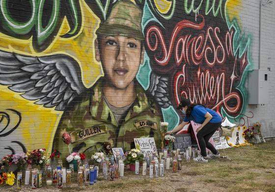 미 텍사스 오스틴에 그려진 바네사 기옌의 벽화 앞에 지난 6일 한 추모자가 꽃을 놓고 있다. [AP=연합뉴스]
