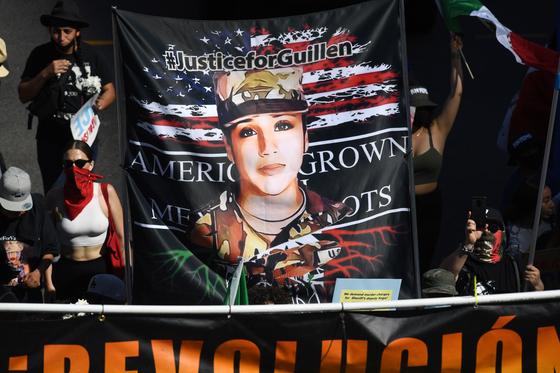 육군인 바네사 기옌은 성추행을 당했음에도 묵살당한 채 실종 2개월만에 시신으로 발견됐다. 지난 12일 미 LA에서 시위자들이 '기옌을 위한 정의'라는 구호가 새겨진 펼침막을 들고 가두 시위를 벌이고 있다. [AFP=연합뉴스]