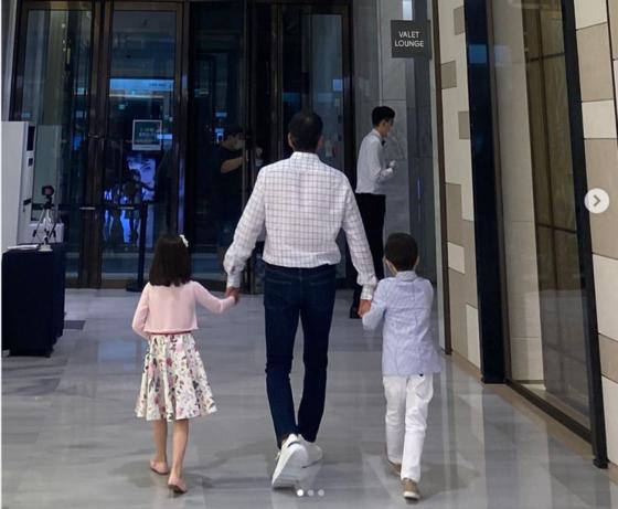 정용진 신세계그룹 부회장이 자녀의 손을 잡고 현대백화점 판교점을 방문한 모습. [사진 정용진 부회장 인스타그램]
