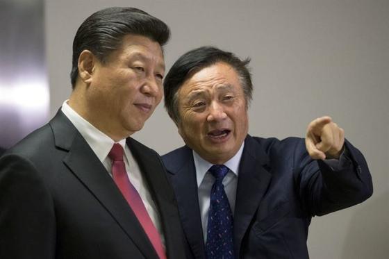 중국 시진핑(왼쪽)과 화웨이 최고경영자(CEO) 런정페이. 사진은 2015년 런던에서 런정페이가 시진핑에 제품 등을 설명하고 있는 모습. [중앙포토]
