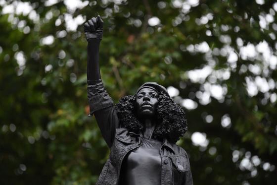 17세기 흑인 노예 무역상 동상이 철거된 에 설치된 흑인 여성의 동상. [연합뉴스]