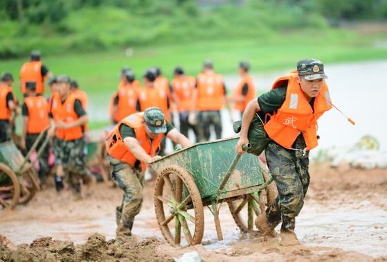 12일 장시성 상라오시 포양현에서 무장경찰들이 긴급 방재작업을 진행하고 있다. [신화=연합뉴스]