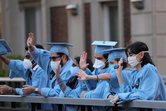 미국 뉴욕의 한 대학교 졸업식에서 졸업생들이 마스크를 쓴 채 작별 인사 중이다. 로이터=연합뉴스