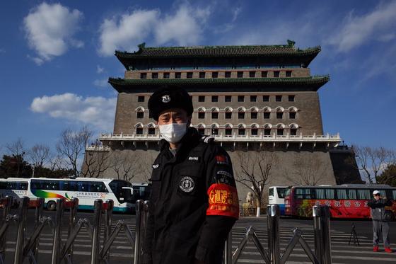 지난 1월 중국 베이징 천안문 광장 남쪽 치안먼(前門) 근처에서 마스크를 쓴 공안이 근무하고 있다. 대기오염이 줄어 하늘은 맑지만 코로나19로 인해 마스크를 쓰고 있다. EPA=연합뉴스