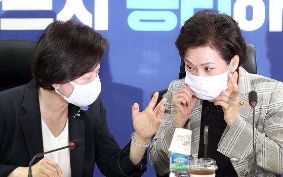 김현미 국토교통부 장관(오른쪽)이 15일 국회에서 열린 부동산 대책 당정 협의에서 진선미 국회 국토교통위원장과 대화하고 있다. [뉴시스]