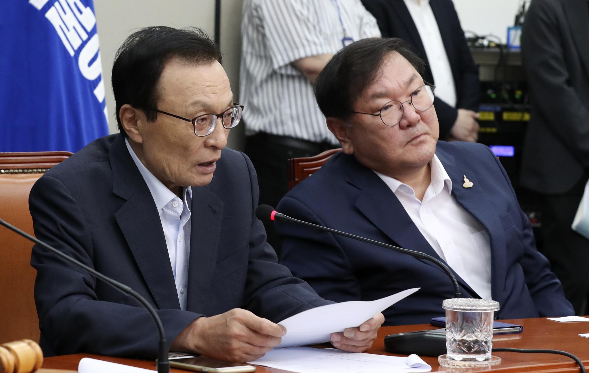 더불어민주당 이해찬 대표(왼쪽)가 16일 국회에서 열린 중앙위원회의에서 모두발언을 하고 있다. 중앙포토