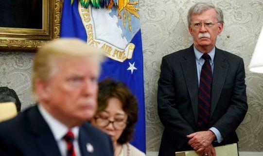 존 볼턴 미 백악관 국가안보보좌관이 도널드 트럼프 대통령 주관의 백악관 회의에 참석한 모습. 트럼프 대통령은 지난해 9월 10일 볼턴 보좌관을 전격 경질했다. [AP=뉴시스]
