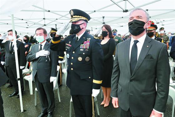 15일 대전현충원에서 열린 고 백선엽 장군 안장식에 해리 해리스 주한 미국대사(오른쪽)와 로버트 에이브럼스 주한미군사령관이 참석했다. 프리랜서 김성태