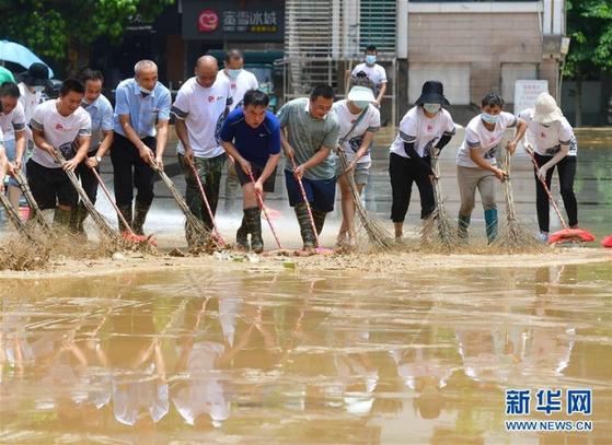 지난 12일 광시(廣西)성 룽수이(融水) 묘족(苗族)자치현에서 시민들이 홍수 피해를 복구하고 있다. [신화망 캡처]