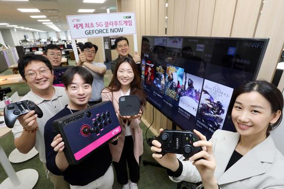LG유플러스는 지난 5월 말부터 클라우드 게임인 '지포스나우'를 IPTV 셋톱박스를 통해 서비스하고 있다. 이 회사 직원들이 게임 컨트롤러 등 관련 기기를 들어보이고 있다. [사진 LG유플러스]