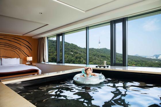 남산 반얀트리 리조트 객실 내부 '릴랙세이션 풀'에서 아이가 물놀이를 즐기고 있다. 사진 반얀트리
