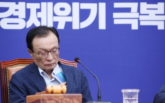 더불어민주당 이해찬 대표가 15일 서울 여의도 국회에서 열린 최고위원회의에서 발언을 듣고 있다.   [연합뉴스]