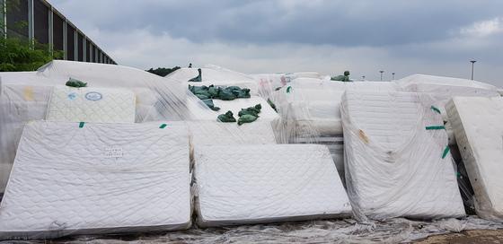 지난 2018년 '라돈 매트리스' 논란이 일자 충남의 한 침대 회사에 수거된 매트리스가 쌓여있는 모습. 신진호 기자