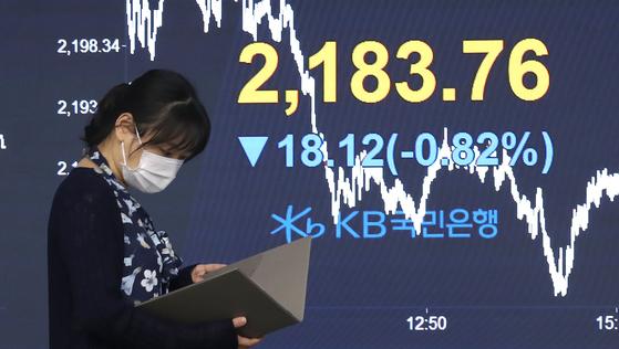 16일 오후 서울 영등포구 KB국민은행 여의도지점 딜링룸 전광판에 코스피 지수가 전 거래일 대비 18.12p(-0.82%) 하락한 2,183.76을 나타내고 있다. 뉴스1