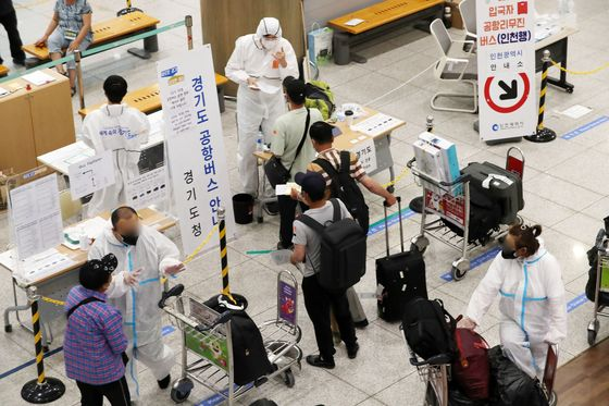 지난 12일 인천국제공항 제1터미널 입국장에서 외국인들이 해외입국자 교통수단 안내를 받고 있다. 뉴시스