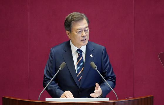 문재인 대통령이 16일 국회에서 열린 제21대 국회 개원식에서 연설하고 있다. 연합뉴스