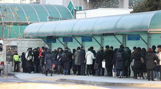 지난해 1월 주한 미 대사관 앞에 시민들이 비자 인터뷰를 위해 줄지어 서 있다. [연합뉴스]